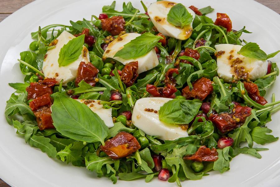 Салат с моцареллой, гранатом и зелёным горошком