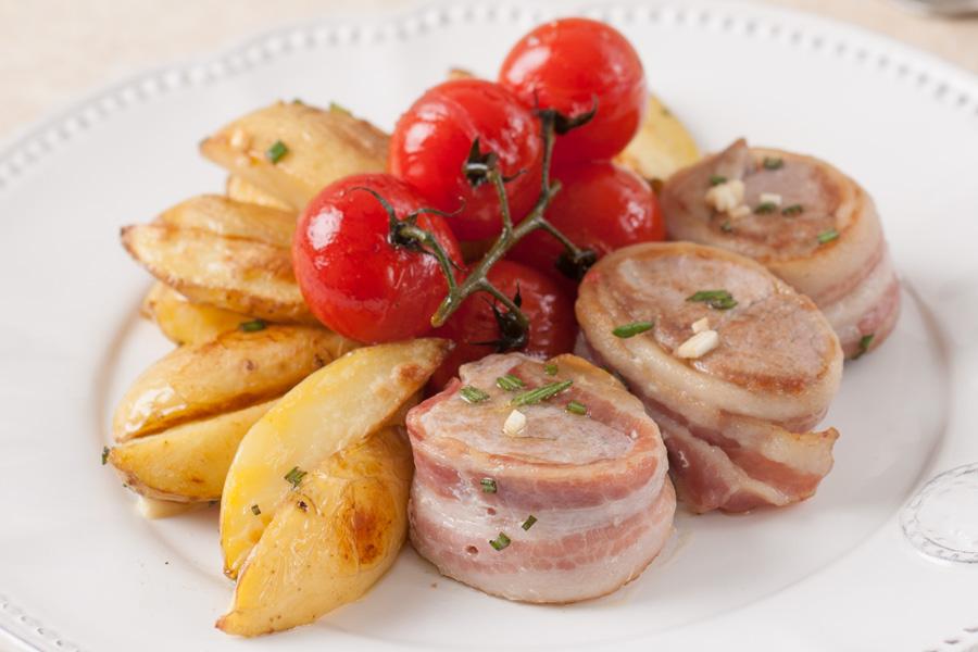 Турнедо из свинины с запеченным картофелем и томлеными в прованских травах томатами черри