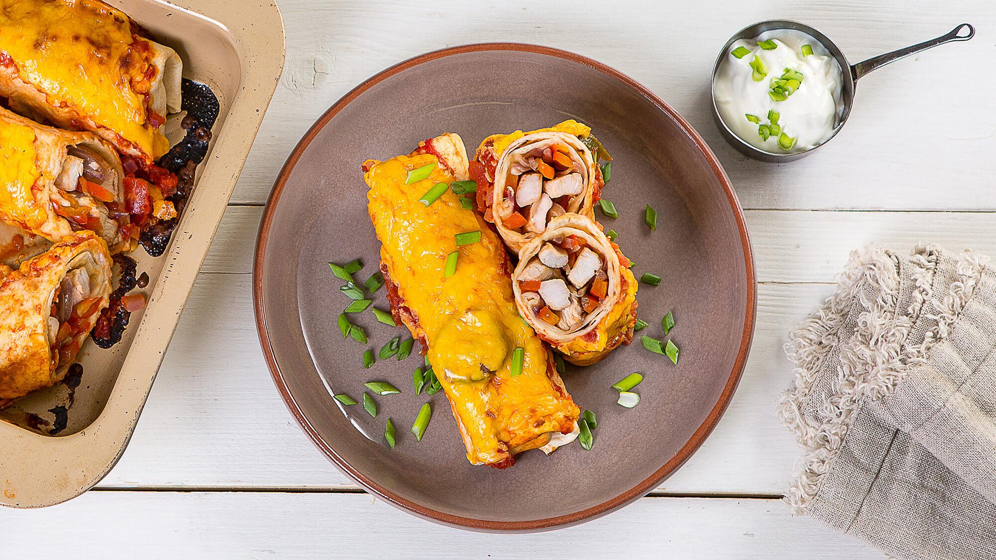 Энчиладос с индейкой в томатном соусе со сметаной