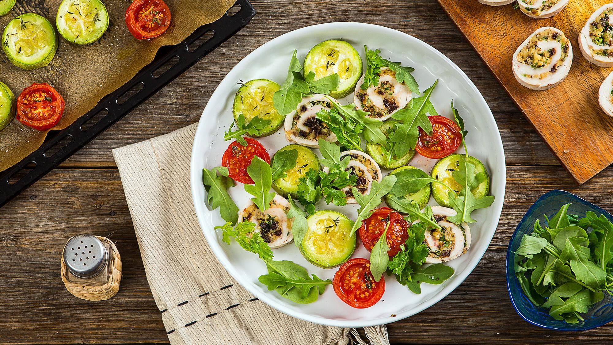 Куриный рулет по-абхазски с печеными овощами