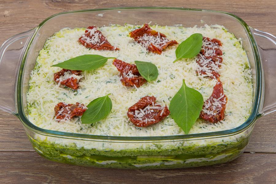 Овощная лазанья из цукини с рикоттой и соусом песто