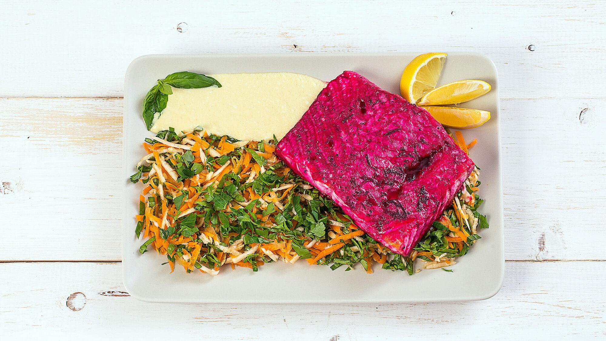 Семга, маринованная в свекольном соусе, со свежим салатом
