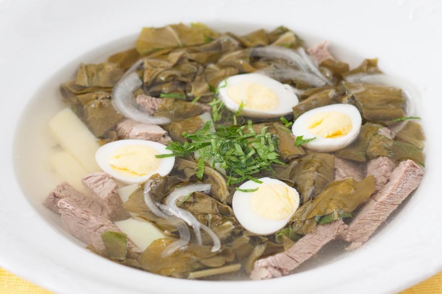 Щавелевые щи с говядиной и перепелиными яйцами