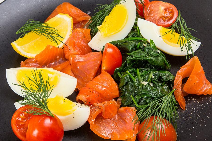Копченая форель с яйцом и шпинатом