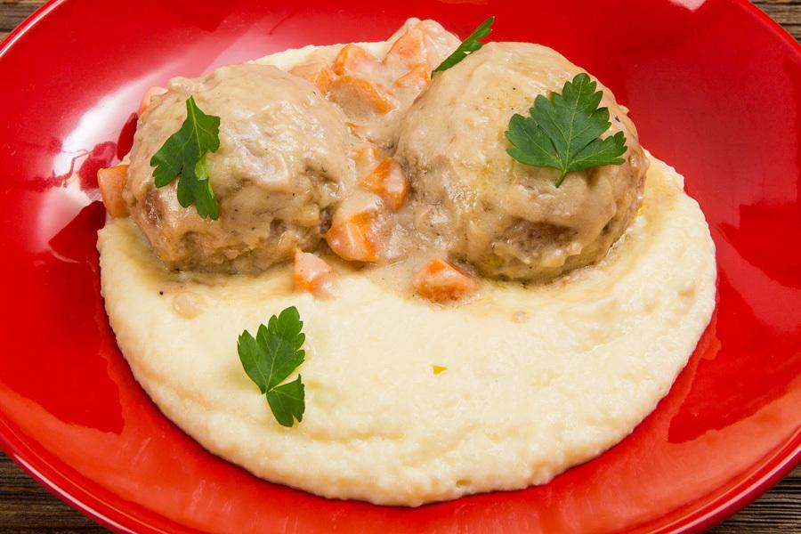 Ёжики в сметанном соусе с картофельным пюре