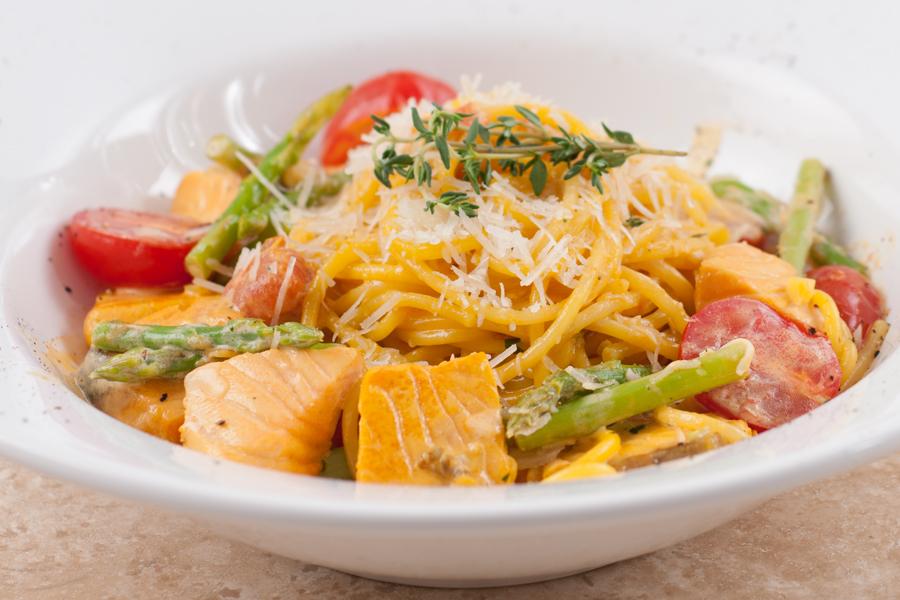 Спагетти с сёмгой и спаржей в сливочном соусе