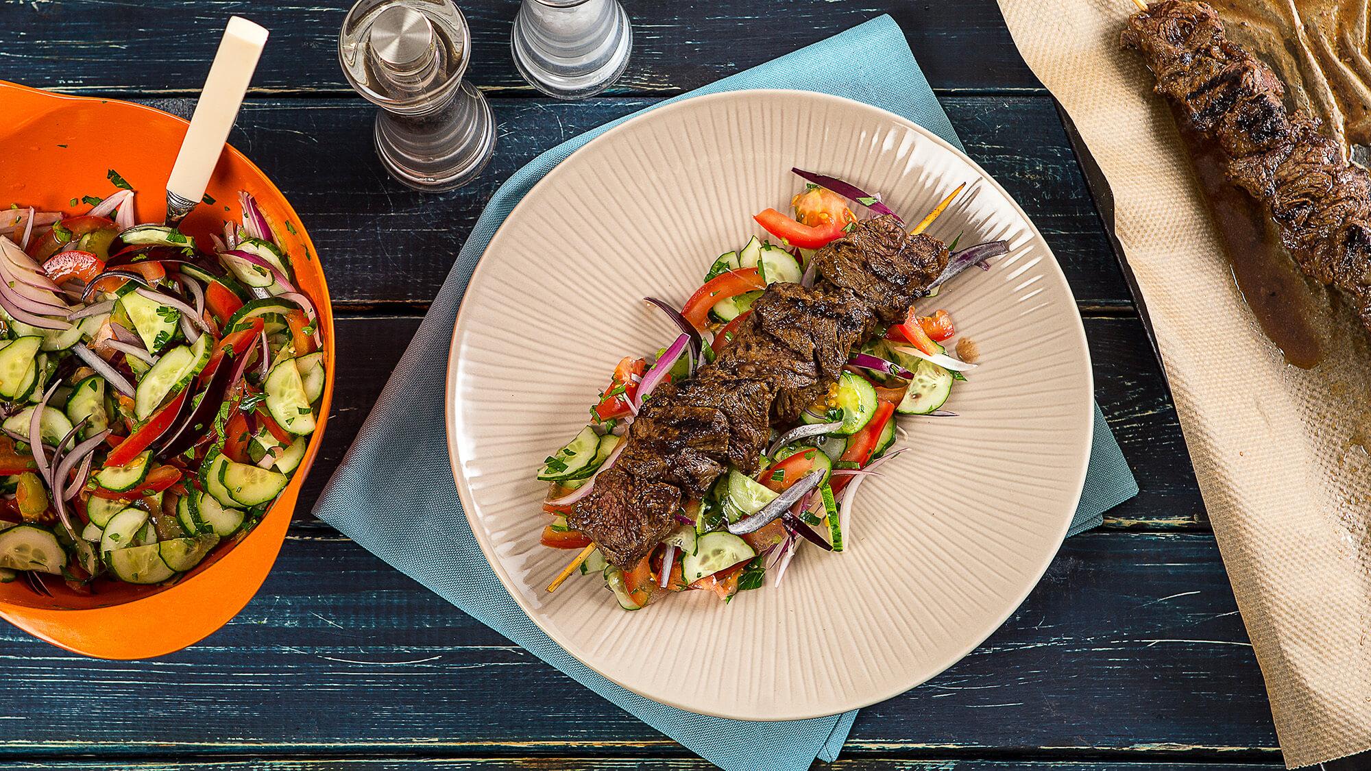 Шашлык из говядины с арабским салатом