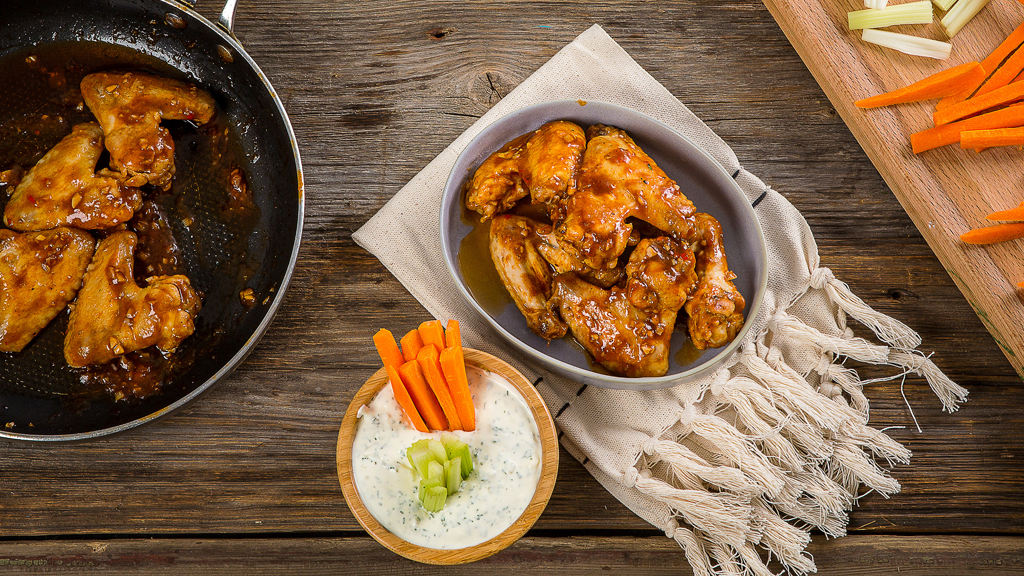 Крылышки баффало с соусом тартар и овощами