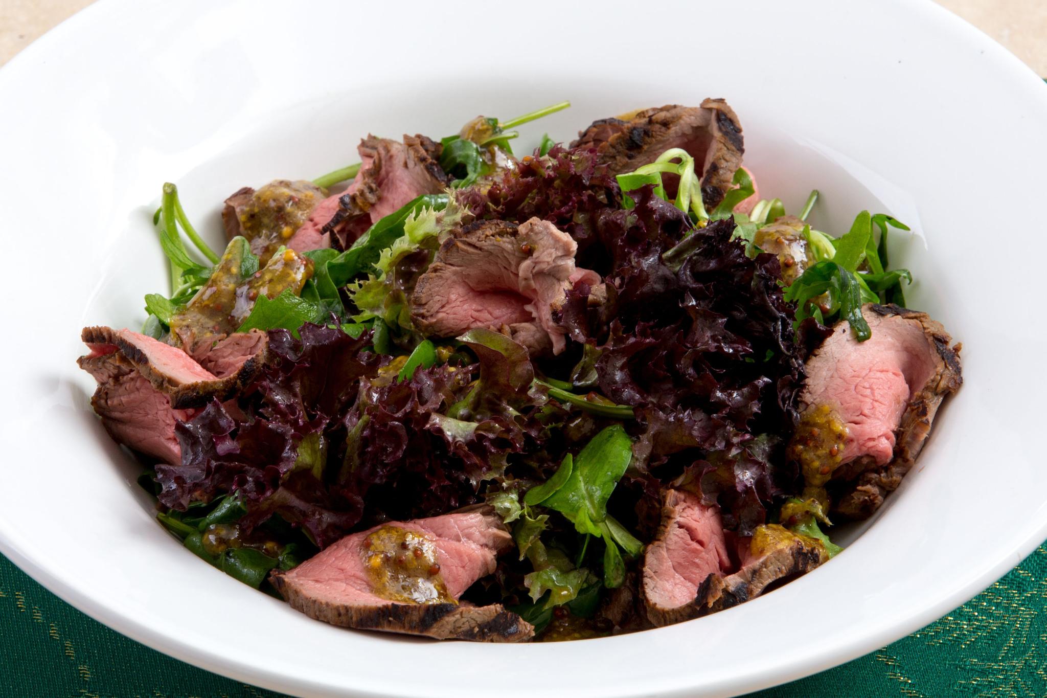 Классический ростбиф с миксом салатов и горчичной заправкой
