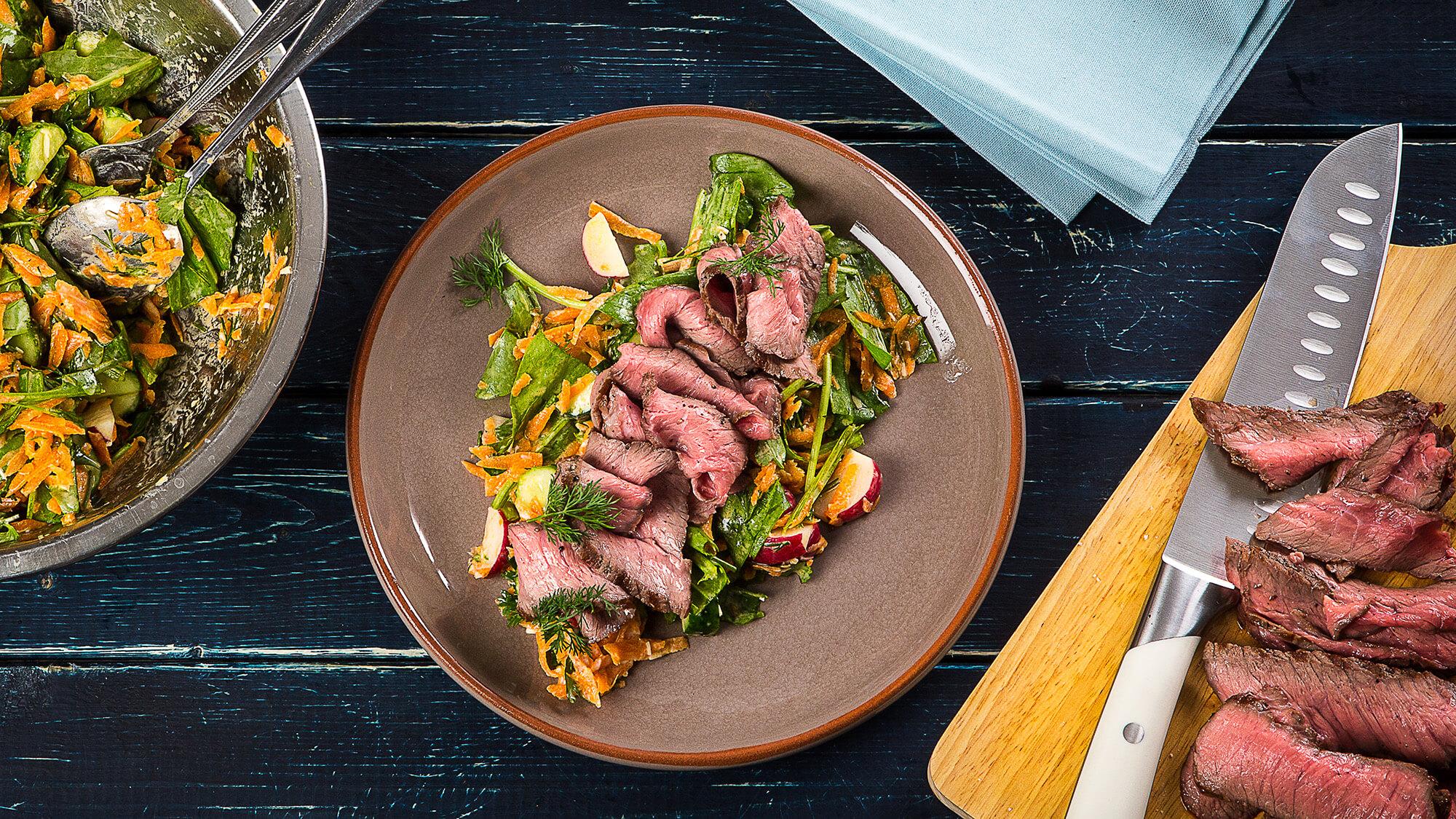 Запеченная говядина с летним салатом