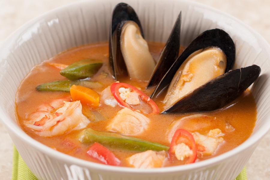 Густой томатный суп с сёмгой, тигровыми креветками и мидиями