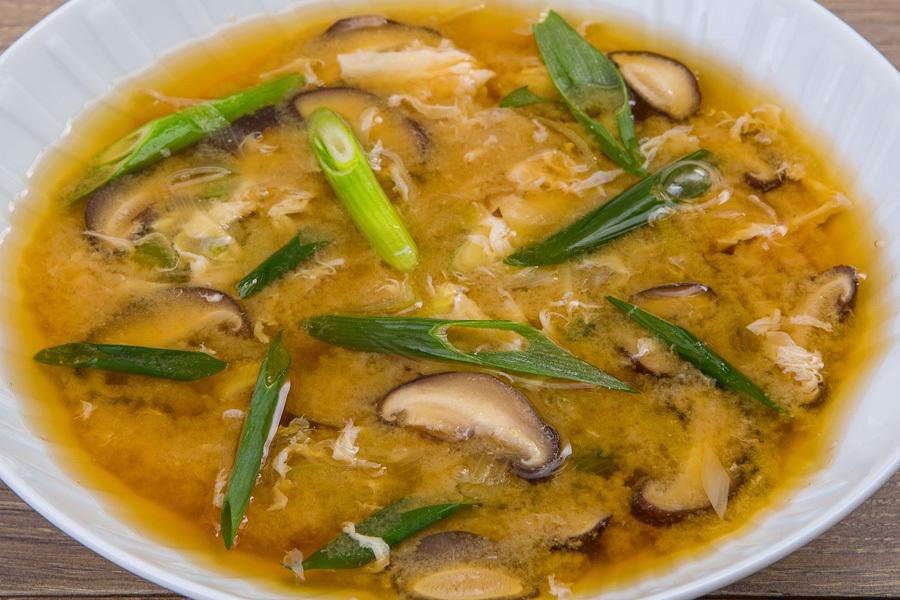 Мисо-суп с яйцом и луком пореем