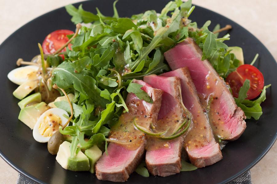 Руккола салат с тунцом в имбирно-лаймовом соусе