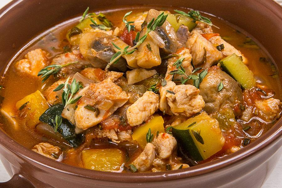 Курица, тушенная с овощами и прованскими травами