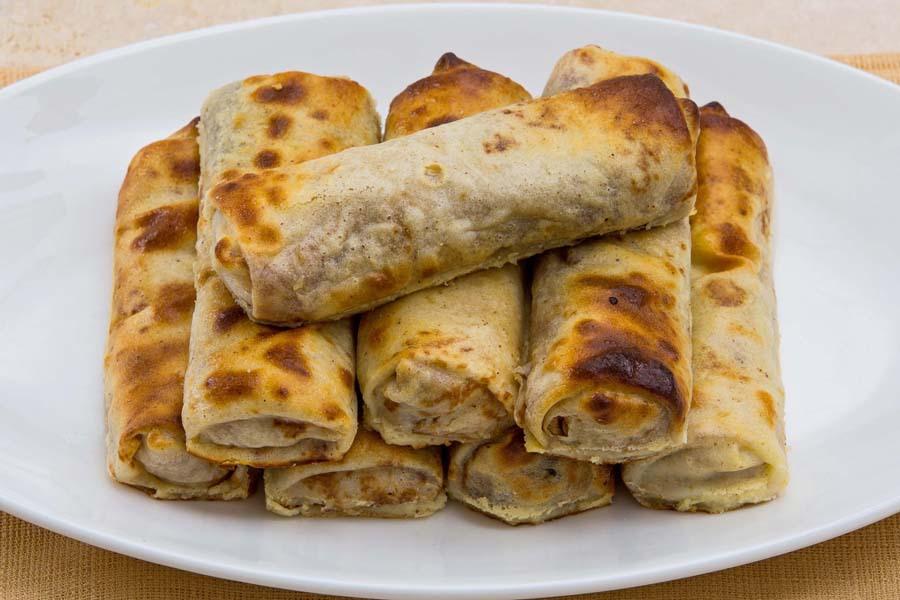 Блинцы с начинкой из молочного риса, запеченные в сметане