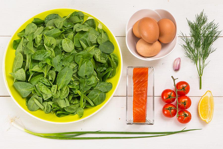 Копченая форель с яйцом и шпинатом от Шефмаркет