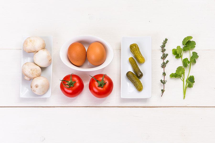Яичница глазунья с корнишонами и грибами от Шефмаркет